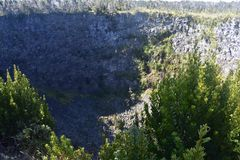 Cráter volcánico con el bosque y vegetación que comienza a volverse foto de archivo