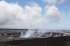 Cráter volcánico por el océano fotos de archivo