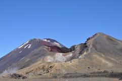 Cráter y soporte rojos Ngauruhoe, circuito septentrional de Tongariro, travesía alpina Fotos de archivo