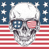 Crâne américain dans des lunettes de soleil sur le drapeau des Etats-Unis Image stock