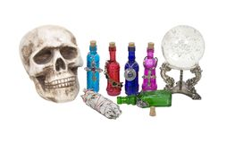 Crâne, bille en cristal, herbes et breuvages magiques magiques Photos stock