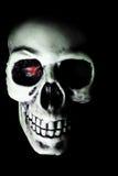 Crâne blanc avec la lueur observée par rouge Images libres de droits