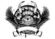 Crâne dans le casque samouraï avec des klaxons et des ailes Image libre de droits