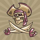 Crâne dans un chapeau avec les épées croisées Photo stock