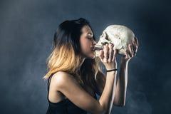 Crâne de baiser de femme Image stock