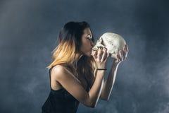 Crâne de baiser de femme Photographie stock libre de droits