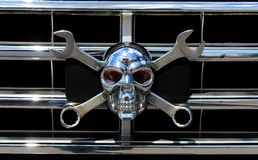 Crâne de chrome en métal en tant que Jolly Roger Images stock