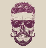 Crâne de hippie avec des lunettes de soleil, des cheveux de hippie et la moustache