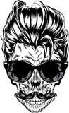 Crâne de hippie avec des lunettes de soleil, des cheveux de hippie et la moustache Images libres de droits