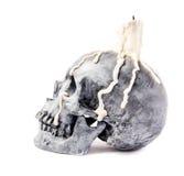 Crâne effrayant de veille de la toussaint avec la bougie fondue images stock