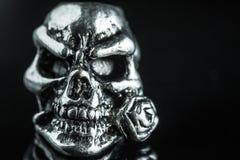 Crâne en métal sur un fond noir image libre de droits