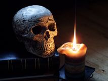 Crâne et bougie Photographie stock libre de droits