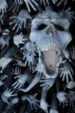 Crâne et mains dans le temple blanc bouddhiste Wat Rong Khun Photos stock
