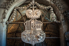 Crâne et os croisés à l'église d'os Images stock