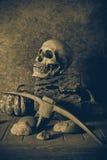Crâne et potiron toujours de la vie sur le bois de construction Image stock