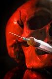 Crâne et seringue de liquide jaunâtre Concept photo libre de droits