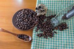 Crâne humain avec des grains de café photos stock