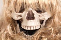 Crâne humain avec les cheveux blonds photographie stock libre de droits