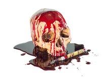 Crâne maltraité avec du flux sanguin de couteau, fond blanc Images stock