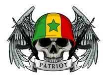 Crâne militaire ou crâne de patriote avec le casque de drapeau du SÉNÉGAL Images stock