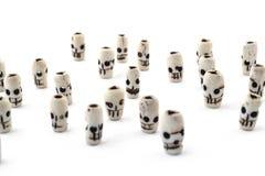 Crâne naturel de perles d'os découpé sur le fond blanc Images libres de droits