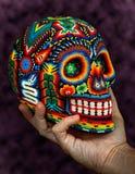 Crâne perlé coloré en main Photo stock