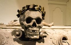 Crâne sur le cercueil de Leopold I d'empereur - la crypte impériale, Vienne, Autriche photographie stock