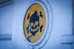 Crâne sur un signe Photos libres de droits