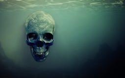 Crâne suspendu sous l'eau Photographie stock libre de droits