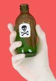 crâne vert d'os croisés de bouteille photographie stock