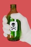 crâne vert d'os croisés de bouteille photographie stock libre de droits