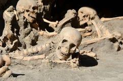 Crânes de longs hommes morts il y a temps dans les ruines d'Ercolano Italie Photo stock