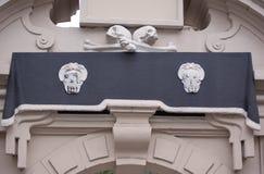 Crânes et os au-dessus de porte Photographie stock