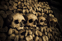 Crânes et os dans des catacombes de Paris Image stock