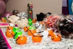 Crânes et sucreries de Halloween Photos libres de droits
