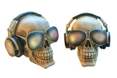 Crânes humains avec des verres et des écouteurs d'isolement sur le fond blanc Photos stock