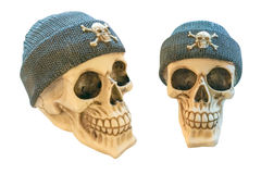 Crânes humains dans le chapeau tricoté d'isolement sur le fond blanc Photographie stock