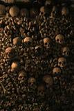 Crânes humains dans les catacombes de Paris Photos stock