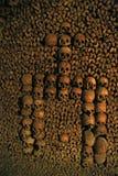 Crânes humains dans les catacombes de Paris Photographie stock