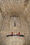 Crânes humains et os fixes dans le mur de la chapelle des os (DOS Ossos de Capella) chez Alcantarilha dans Silves, Portugal Photographie stock libre de droits
