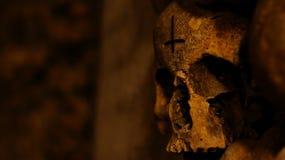 Crânio com cruz invertida Fotos de Stock