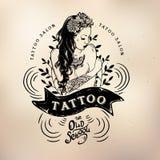 Crânio do estúdio da velha escola da menina da tatuagem ilustração stock