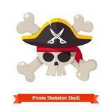 Crânio do pirata com os ossos cruzados no chapéu negro Foto de Stock Royalty Free