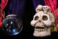 Crânio e esfera de cristal fotos de stock royalty free