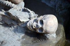 Crânio e esqueleto de homens inoperantes dos muitos tempos há nas ruínas de Ercolano Itália Foto de Stock