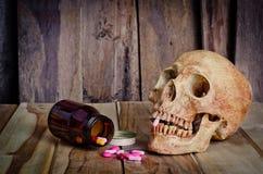 Crânio e medicina Doença e perigo do abuso fotografia de stock
