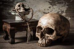 Crânio e rosário imagem de stock