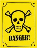 Crânio e sinal do perigo dos crossbones Imagens de Stock Royalty Free