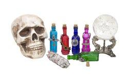 Crânio, esfera de cristal, ervas e poções da mágica Fotos de Stock