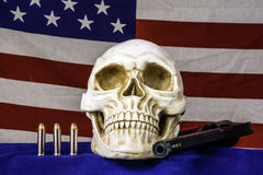 Crânio humano e bandeira americana Fotos de Stock